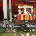 Un Triciclo carico di Teste di Legno- Animazione da strada